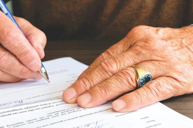 La démission d'office du doyen d'âge du Conseil municipal en cas de refus de présider la séance au cours de laquelle il est procédé à l'élection du maire de la Commune